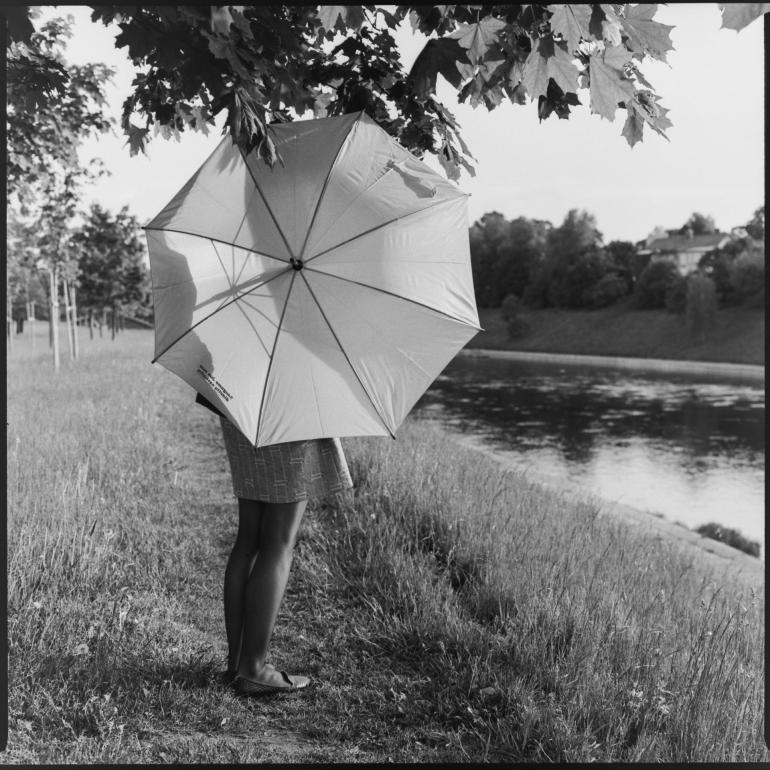 Bronica SQ-A, juosta, Kodak Tri-x 400, medis, mergina, Neris, skėtis, upė, Vilnius, Lietuva, Lithuania, Zenza Bronica Zenzanon-PS 80mm f2.8