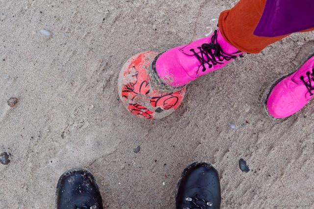 kamuolys, batai, smėlis, paplūdimys, Baltijos jūra, rausva, ružava, meneliai, 2011