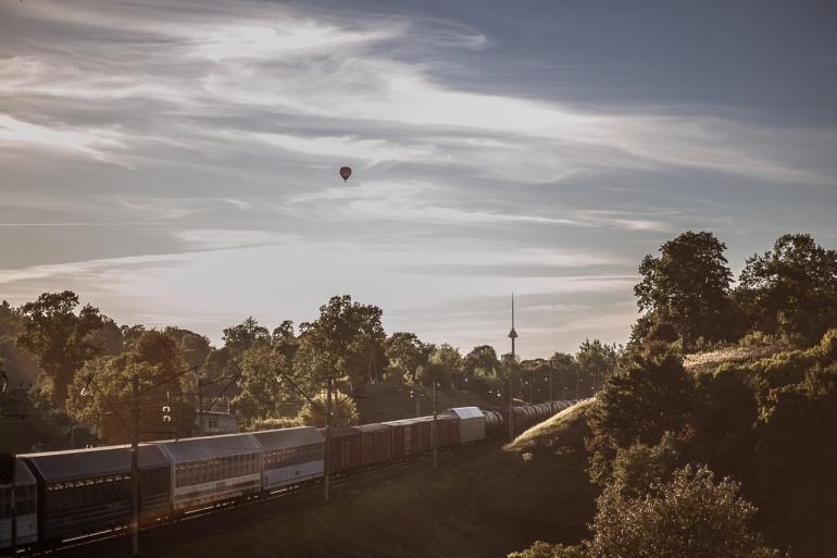 Vilnius, 2013, bėgiai, tracks, traukiniai, trains, traukinys, train, saulė, sun, balionas, baloon, miškas, forest, saulėlydis, sunset, debesys, clouds, dangus, sky, Pavilnys
