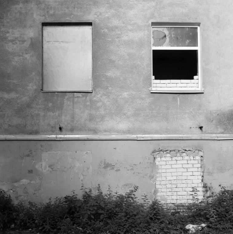 Bronica SQ, Fomopan 100, Zenza Bronica Zenzanon-PS 80mm f2.8, Vilnius, 2013, siena, wall, broken, sudaužyta, langas, window, miestas, city, apleistas, abandoned