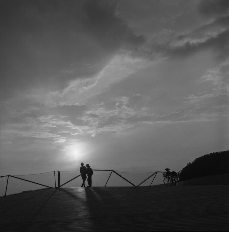 Bronica SQ, Fomopan 100, Zenza Bronica Zenzanon-PS 80mm f2.8, Vilnius, 2013, porelė, pair, saulė, sun, saulėlydis, sunset, debesys, clouds, dangus, sky, žmonės, people, SWED terasa