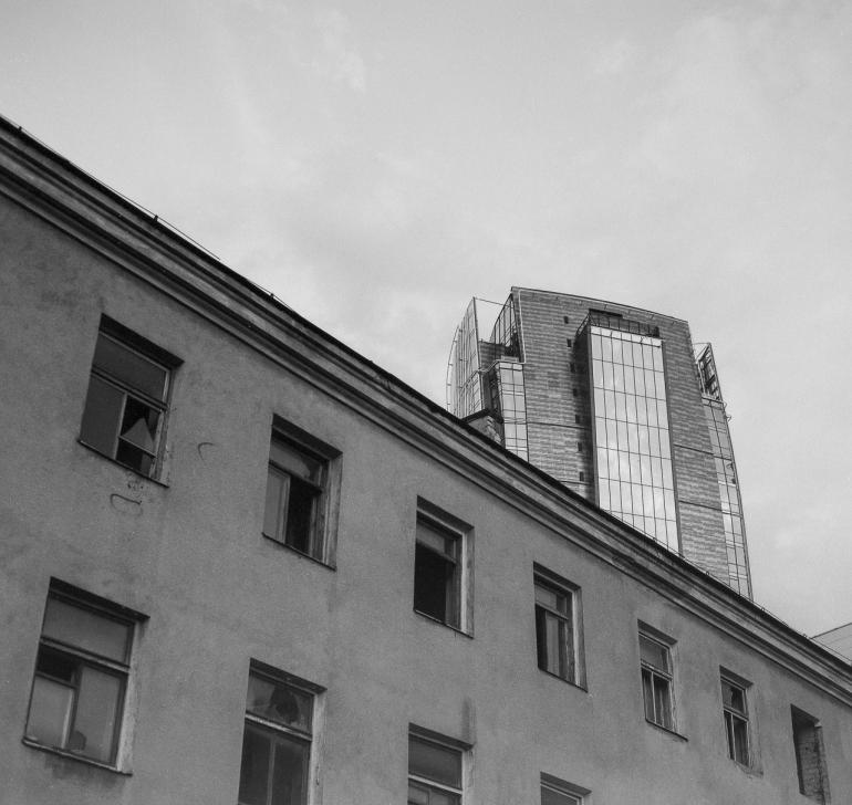 Bronica SQ, Fomopan 100, Zenza Bronica Zenzanon-PS 80mm f2.8, Vilnius, 2013, siena, wall, broken, sudaužyta, langas, window, dangoraizis, skyscraper, miestas, city, apleistas, abandoned, Vilniaus verslo uostas